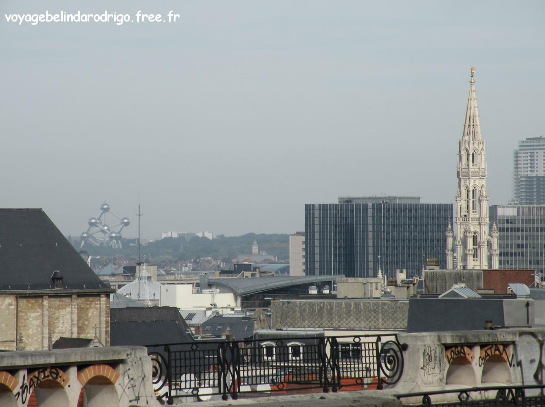 Atomium et Beffroi de l'Hôtel de Ville - Vue depuis le Palais de  Justice - Bruxelles