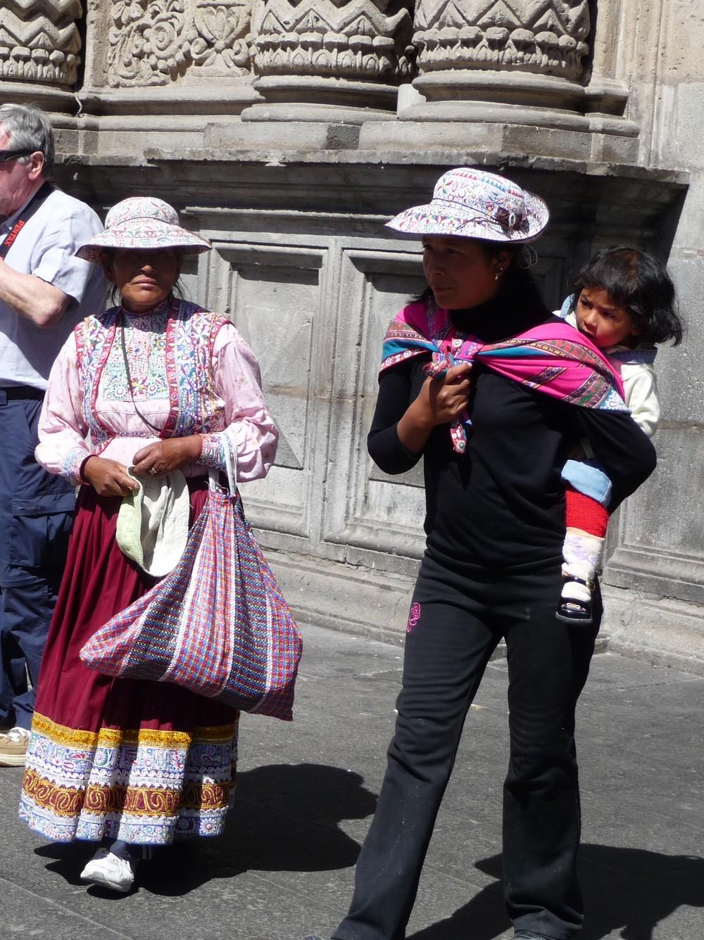 Péruviennes en habits traditionnels - Arequipa
