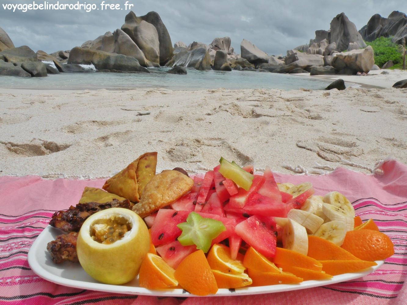 Repas préparé par Robert - Rando Anse Marron - La Digue