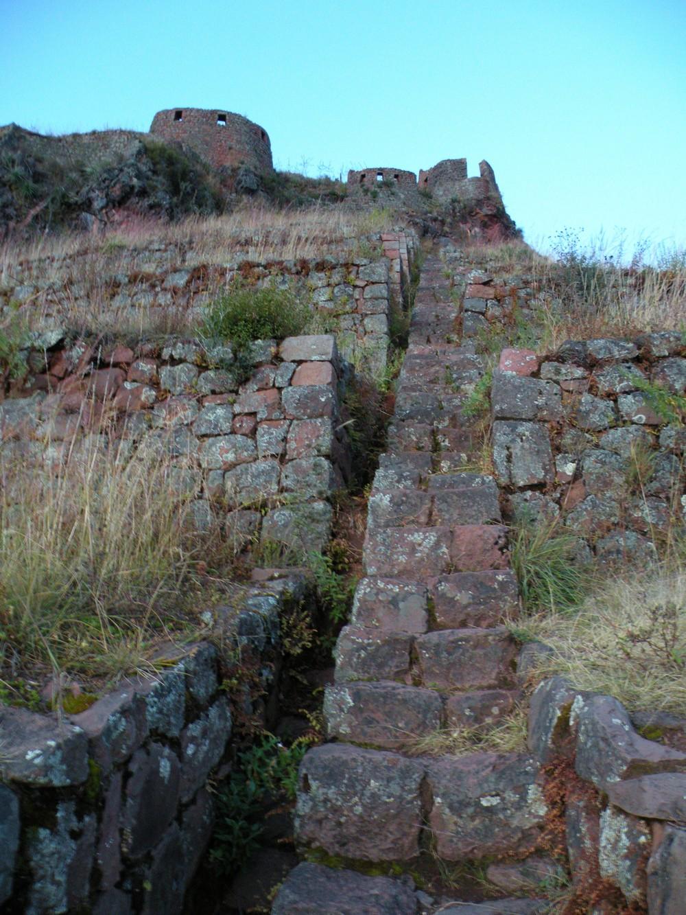 Ruines de Pisaq - Escaliers pour aller au village